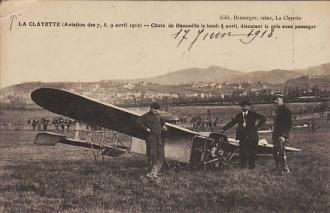 La Clayette. Fête de l'aviation des 7, 8, 9 avril 1912. Chute de Hanouille le lundi 8 avril. Discutant le prix avec passager. (image prise de www.delcampe.net).