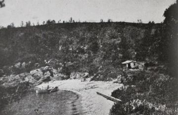 """Bahía del Titán en la Isla del Levante, una de las islas de Hyères donde Théo Varlet solía veranear. (Cliché Giraud - Toulon - sacado de """"Le Lavandou, Bormes-Les-Mimosas"""", de Marcel Laure, 1930)."""
